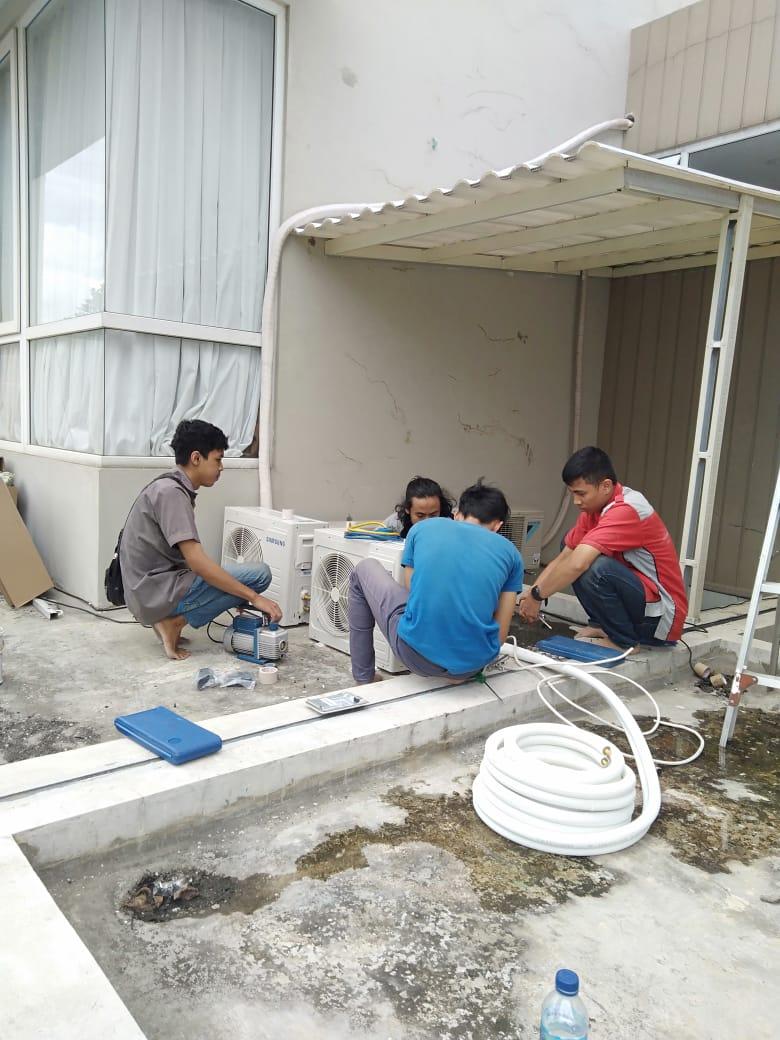 Pemasangan AC baru oleh teknisi Service AC Jakarta Selatan
